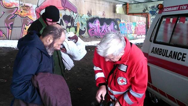 Obdarovaní bezdomovci a ředitel OS ČČK Karel Studený.