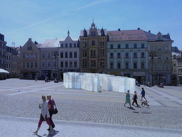 Objekt k UCTĚNÍ PAMÁTKY VŠEM SUDETSKÝM OBĚTEM 1938 1945 je skryt do fontány, na kterou se jména vyškrabují pouze ve dnech výročí největších událostí, které Sudety zasáhly.