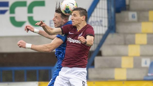 Sparťanský fotbalista David Pavelka v souboji s hráčem Liberce.