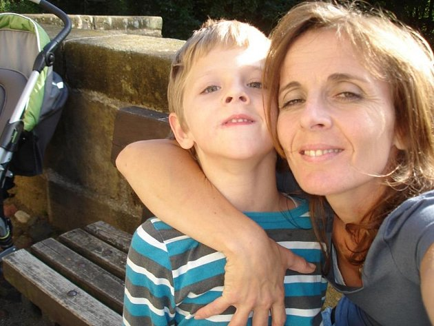 NEMOCNÝ LIAM se svou matkou. Chlapec komunikuje hlavně pohledem, je upoután na invalidní vozík a téměř nemluví.  archiv rodiny
