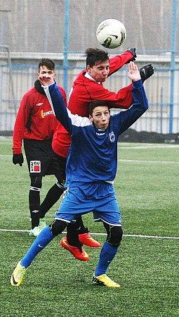 MLADÍ FOTBALISTÉ SLOVANU Liberec sehráli přípravné zápasy na umělé trávě stadionu UNisy.