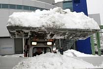Úklid sněhu před Tipsport arenou.