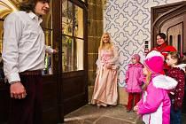 Napilno mají o víkendu 10. – 11. 4. průvodci na státním zámku Sychrov. Pořádají totiž pro děti netradiční prohlídky zámku – v prostorách zámku a kostýmech hrají s dětmi hru na motivy známé pohádky Zlatovláska.