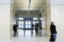 V NOVÉ HALE SE VŠECHNO JEN BLÝSKÁ. Liberecké nádraží nově nabídne obchody s různým zbožím pro cestující, výtah přímo do podchodu a novou nádražní restauraci.