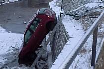 Řidička sjela s vozem do řeky.