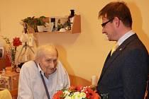 Starosta Turnova Tomáš Hocke gratuluje Miloslavu Holasovi ke kulatému jubileu.