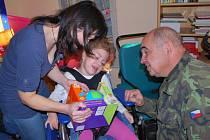 LIBEREČTÍ VOJÁCI se s malými dětmi při rozbalování vánočních dárečků velmi sblížili.