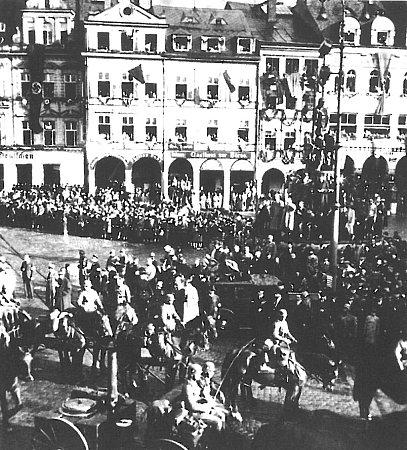 PŘÍCHOD. Před libereckou radnicí se 19.3. konalo velké shromáždění a následoval velký pochodňový průvod. Německá armáda už do města ale vstoupila oněkolik měsíců dříve, na podzim roku 1938.