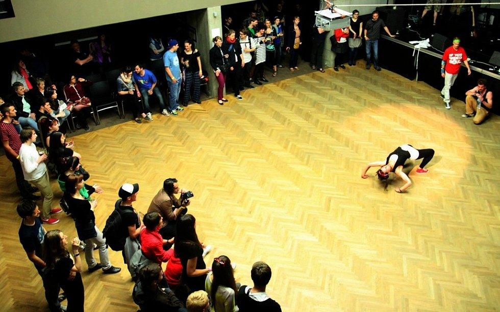 Taneční vystoupení Barbory Šenkýřové a skupiny PSF na DrinkARTu ve vratislavických Desítkách