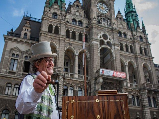 Mezinárodní flašinetářský festival Liberecký flašinetář pokračoval 16. sprna v Liberci. Uskutečnil se už podeváté. Na snímku je hra flašinetářů v ulicích města.