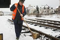 """KALAMITA. """"Musíme vymetat sníh z výhybek, aby se nepoškodila mechanika a nedošlo k nehodě,"""" říká 11. ledna pracovnice hradla na horním nádraží v Litoměřicích Alena Sčudlová."""