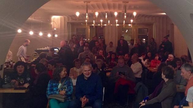 Debaty o islámu se s nezávislou novinářkou Pavlou Jazairiovou zúčastnilo více než 100 lidí, kteří dorazili do kavárny Kino Káva v kině Varšava.