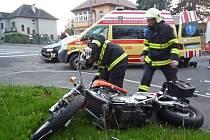 Zásah hasičů u nehody auta s motocyklistou.