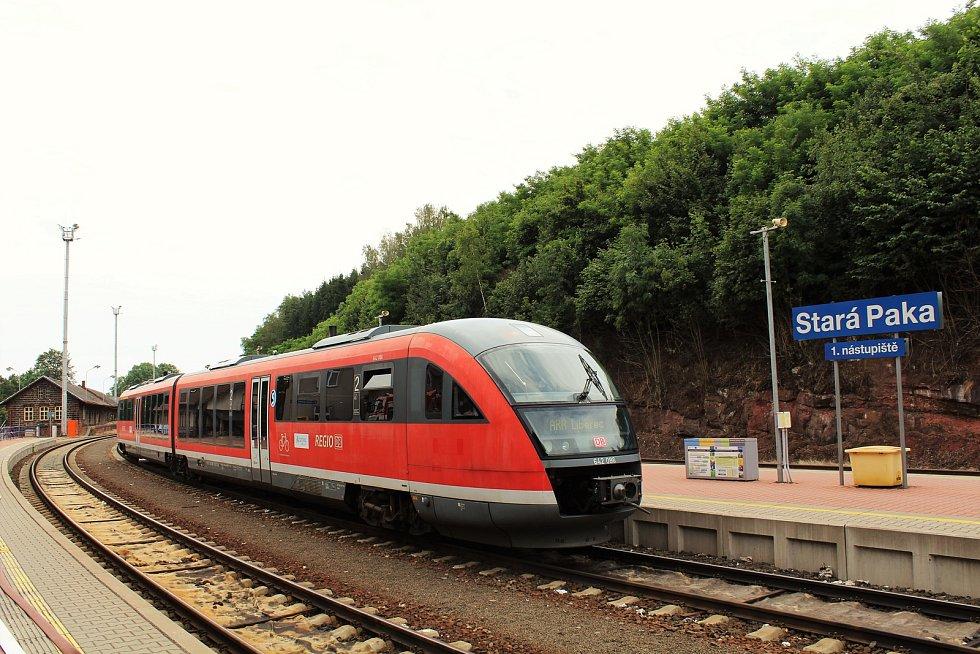Prezentační jízda železničního dopravce Arriva na tratích v Libereckém kraji. Na snímku vlak Siemens Desiro zachycen před odjezdem ze stanice Stará Paka.
