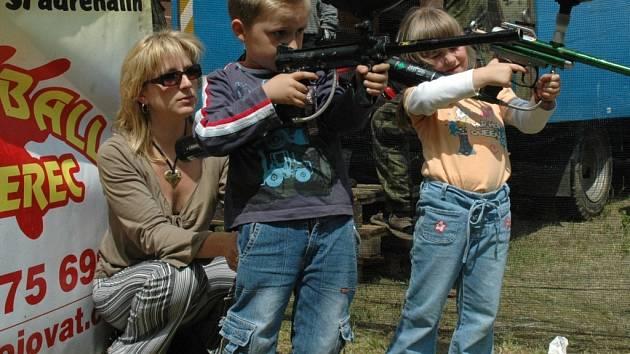 DEN DĚTÍ. Kačenka a Filípek Báderovi s maminkou.
