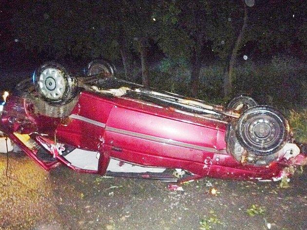 NOČNÍ NEPŘÍJEMNOSTI. Bouře, která se v noci na čtvrtek prohnala Libereckým krajem, lámala stromy, které blokovaly silnice. Déšť a špatná viditelnost zapříčinily také několik nehod. Bouralo se například u Rovenska pod Troskami, kde skončilo auto na střeše.