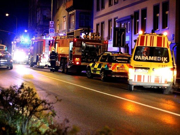 Požáru bytu předcházel výbuch. Záchranáři ošetřili lehce zraněnou osobu, která se snažila požár uhasit.