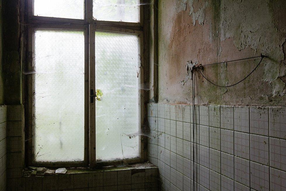 Zchátralý zámeček v libereckém Machníně, kde bývala vyhlášená dětská oční klinika.