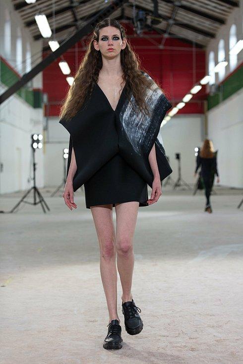 Nikola Márová představila dámskou oděvní kolekci s názvem Narušení minimalismu. Šperky vytvořily Khanh Linh Phamová a Klára Pytelková.