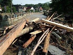 PO POVODNI. Zničené břehy, mosty, hromady naplaveného dříví a smetí. Pobřežní ulice v srpnu 2010, poté, co opadla voda.