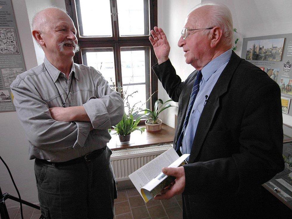 VLEVO REŽISÉR ZDENĚK FLÍDR HOVOŘÍ S DOKTOREM FRANTIŠKEM VYDROU ředitelem Městského muzea v Chrastavě. První den natáčení nového dokumentu je téměř u konce.