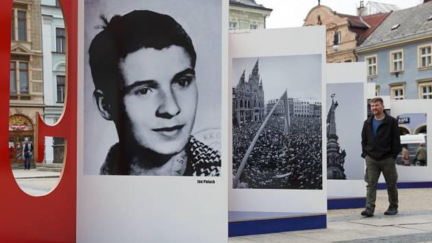 Události listopadu 1989 v Liberci připomněla minulý rok na náměstí výstava fotografií.