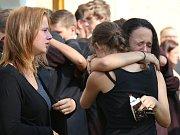 Do kostela v Ruprechticích dorazilo více než sto lidí. Konal se zde pohřeb mladého chlapce, který se nedávno utopil v libereckém bazénu.