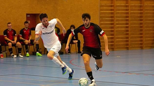 Futsalisté Chrudimi (v bílém) nedali Liberci na jeho palubovce žádnou šanci.