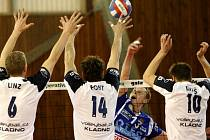 Liberecký Polák (v modrém dresu) se snaží dostat míč přes kladenský trojblok Linz, Fokt, Diviš.