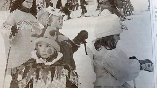 Tentokrát se podíváme, jak se žilo v Liberci přesně před dvaceti lety. Na snímku jsou děti na závěrečném karnevalu k ukončení lyžařského kurzu.