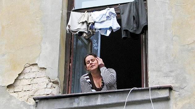 DĚTI NEMÁM, O NIČEM NEVÍM, říká obyvatelka domu, jehož nájemníci terorizují i hotelové hosty.