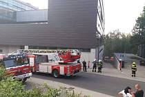 Hasiči v Liberci zasahují na Technické univerzitě, hoří tam rozvaděč.