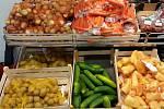 """POKROUCENÉ A ODŘENÉ. Obchodní řetězec Penny Market od pondělí nabízí neestetické ovoce a zeleninu. """"Ošklivé"""" potraviny žádnou vadu kromě vzhledové nemají a jsou levnější. Foto: Deník/Martin Zíta"""