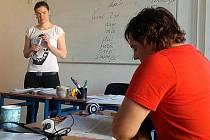 NA KURZU ČEŠTINY studenti zpívají i písně od Bratří Ebenů. Porozumí tak obecné češtině a hovorovým výrazům.