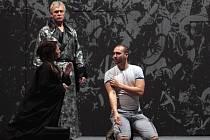 OPERA ZKOUŠÍ Verdiho Sílu osudu. Na snímku herci Věra Poláchová, Pavel Vančura a klečící režisér Tomáš Pilař.