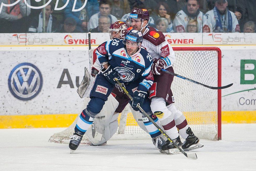 Utkání 47. kola Tipsport extraligy ledního hokeje se odehrálo 4. února v liberecké Home Credit areně. Utkaly se celky Bílí Tygři Liberec a HC Sparta Praha. Na snímku v modrém Petr Jelínek.