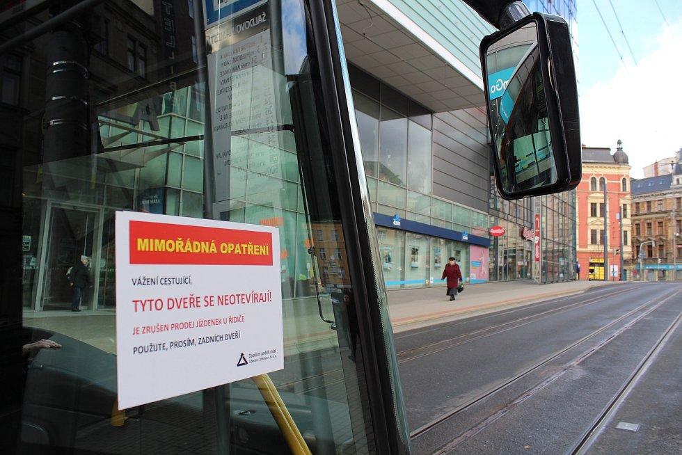 Liberecký dopravní podnik zakázal nástup předními dveřmi v autobusech. Důvodem je snížení rizika nákazy novým typem koronaviru.