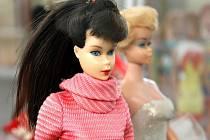 Na výstavě v muzeu si mohou lidé prohlédnout mezi panenkami skutečné unikáty – porcelánové Barbie, oblečené špičkovými světovými návrháři, které vypadají, jako by právě sestoupily z předváděcího mola na módní přehlídce.