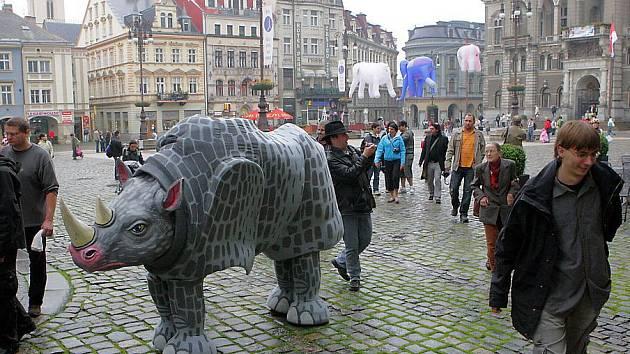 MAŠKARY ZVOU NA FESTIVAL. Každé dva roky pořádá Naivní mezinárodní festival loutkových divadel pro děti – Mateřinku. Na přehlídku zvou nafukovací sloni i masky v ulicích.