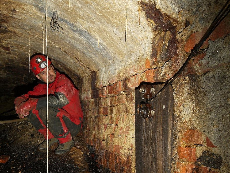 PŘI PRŮZKUMU TUNELU, který spojoval dílny s továrnou Getewent. Podzemní díla bývají často jediná, která se beze změn zachovala.