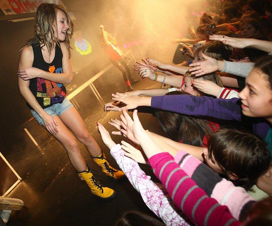 5ANGELS to umí na pódiu pořádně rozjet. Nevědomky své fanoušky vychovávají k pozdějším návštěvám diskoték.