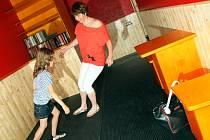 TITANIK – Podlaha kajuty je nakloněna v úhlu 25 stupňů. Mozek proto vyšle tělu signál, že má začít vyrovnávat.
