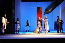 V Händelově nejslavnější opeře Julius Caesar se na  prknech libereckého divadla střídají výjimeční pěvci. Naposledy to byl americký kontratenor Robert Crow. Nyní se divákům představí polský operní pěvec, ale také dirigent, Jakub Burzyński.