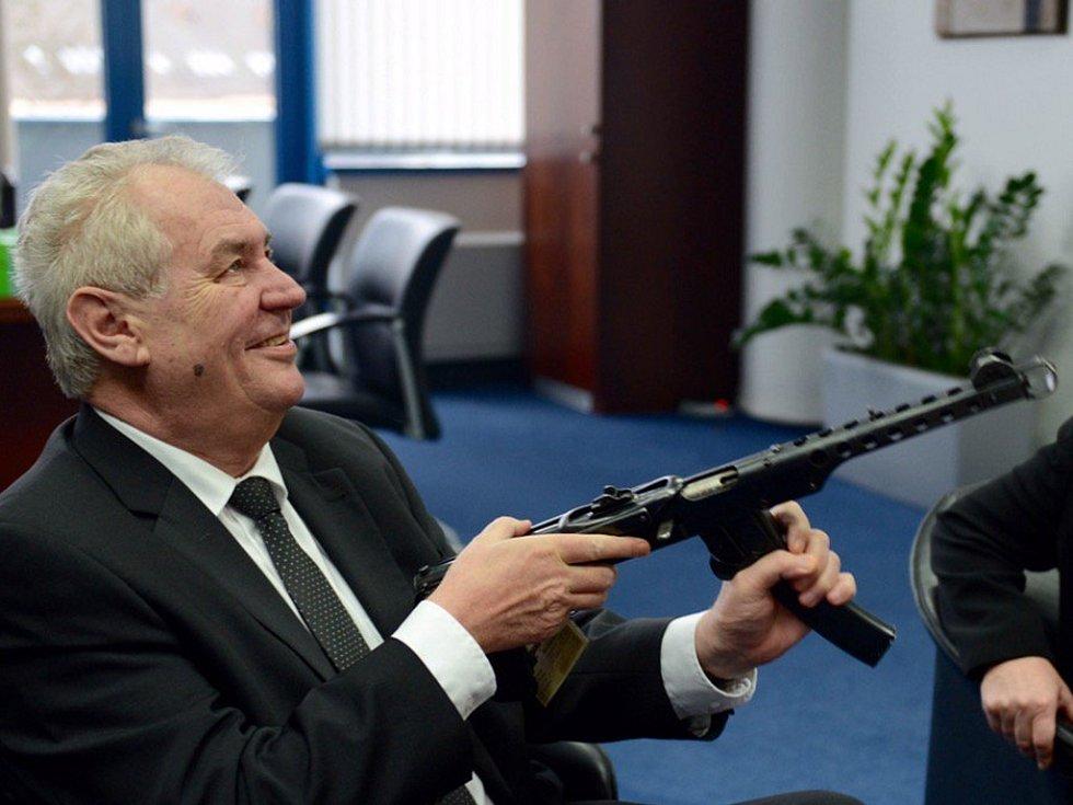 Pan prezident obdržel od hejtmana Libereckého kraje Martina Půty dárek vskutku originální.