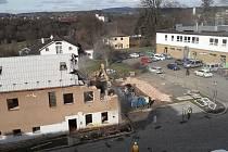 Demoliční práce odstartovaly tento týden stavbu centra pro nemocné a postižené v Turnově.