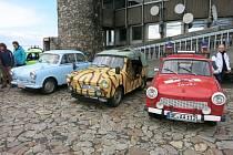 Do kraje se sjeli milovníci Trabantů. Přijeli podpořit budoucí Technické muzeum. Na snímku zleva Trabant 500 z roku 1960, Trabant tramp jak ho používala armáda NDR a recesisticky upravený hasičský Trabant.