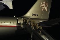 Vojáci nastupují do letadla.