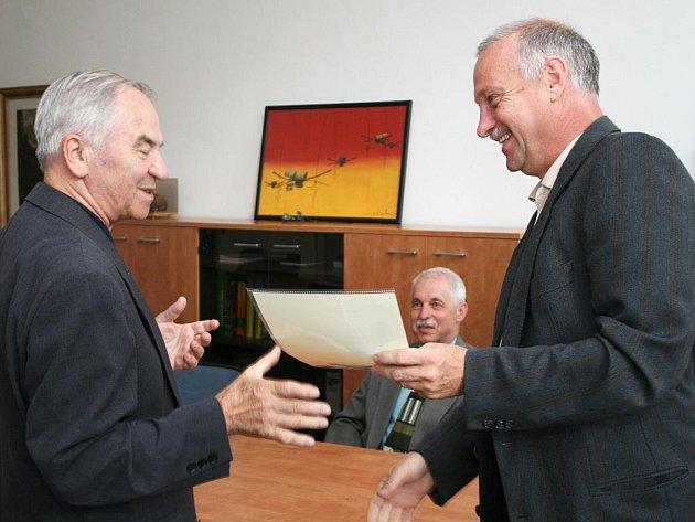 Profesor Bohuslav Stříž s děkanem FS TUL Petrem Loudou.