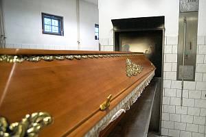 V krematoriích pomáhají zvládnout situaci hasiči.