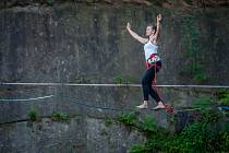 Horolezecká arena v bývalém lomu v centru Liberce se nově otevřela i pro highlinery. Největší zásluhu na projektu nese Anna Kuchařová (na snímku z 6. června), profesionální trenérka slackline.
